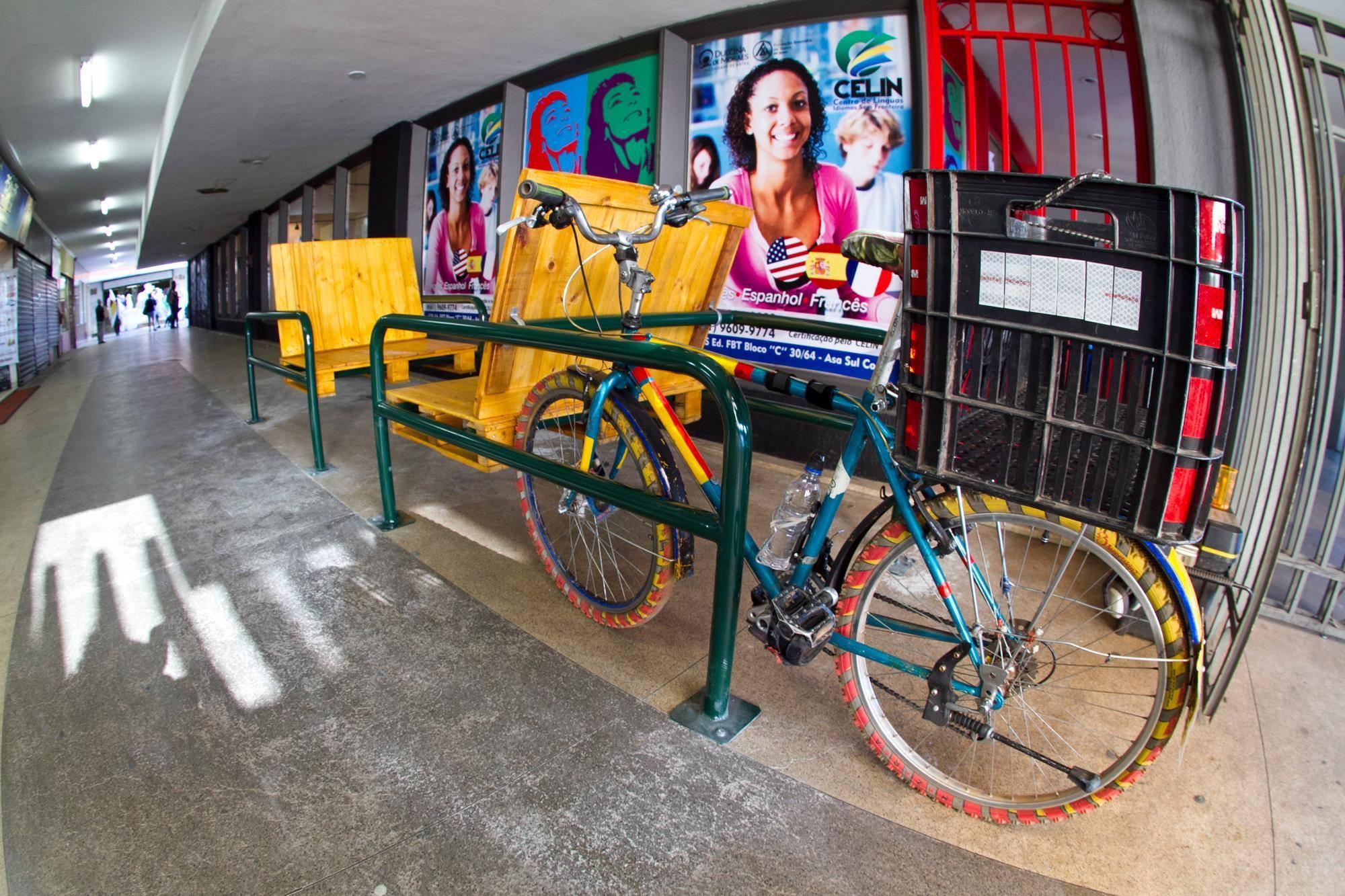 Banco bicicletário instalado na galeria do Complexo Cultural Dulcina de Moraes. Fotos de Camilo Neres