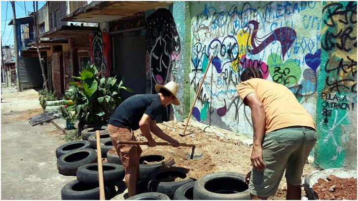 Construção de canteiros de horta com reciclagem de pneus.